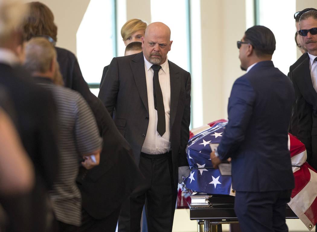 """El personaje de reality Rick Harrison, a la izquierda, en el funeral de su padre, el patriarca de """"Pawn Stars"""", Richard Benjamin Harrison, conocido como """"The Old Man"""", en Palm Northwest Mortuary e ..."""