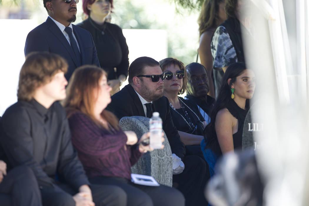 """La personalidad de reality tv, Corey Harrison, en el centro, rodeada de amigos y familiares mientras asiste al funeral de su abuelo, el patriarca de """"Pawn Stars"""", Richard Benjamin Harrison, conoci ..."""