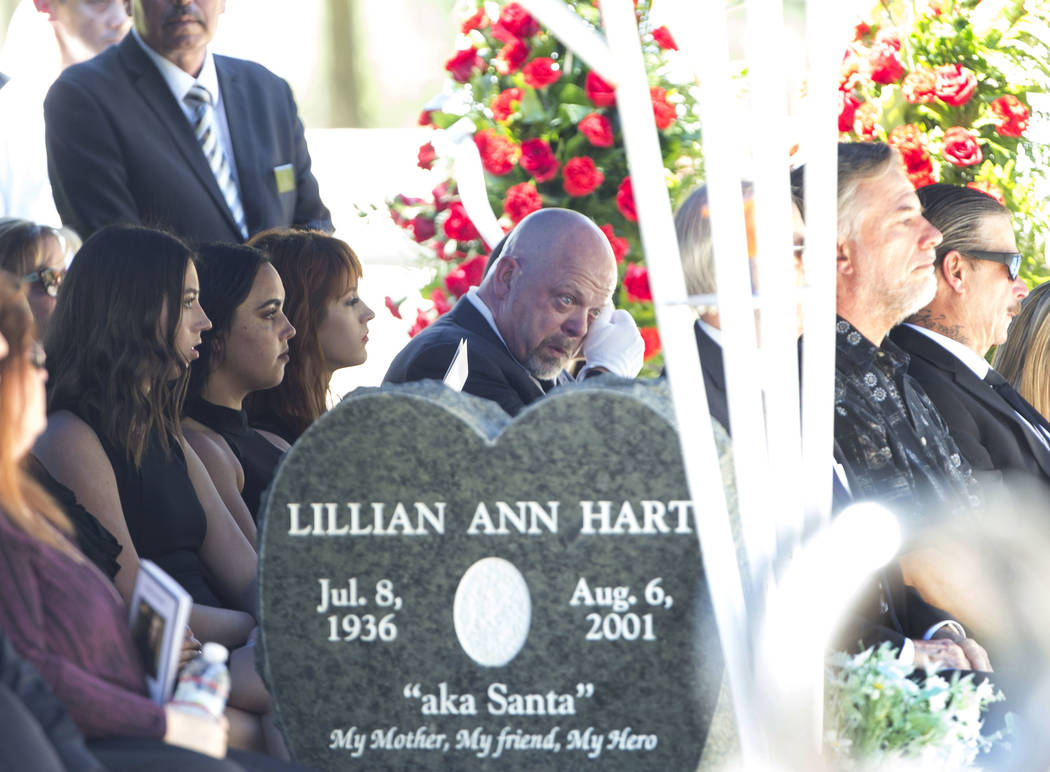 """La personalidad de reality tv Rick Harrison, en el centro, se limpia las lágrimas mientras asiste al funeral de su padre, patriarca de """"Pawn Stars"""", Richard Benjamin Harrison, conocido como """"The ..."""