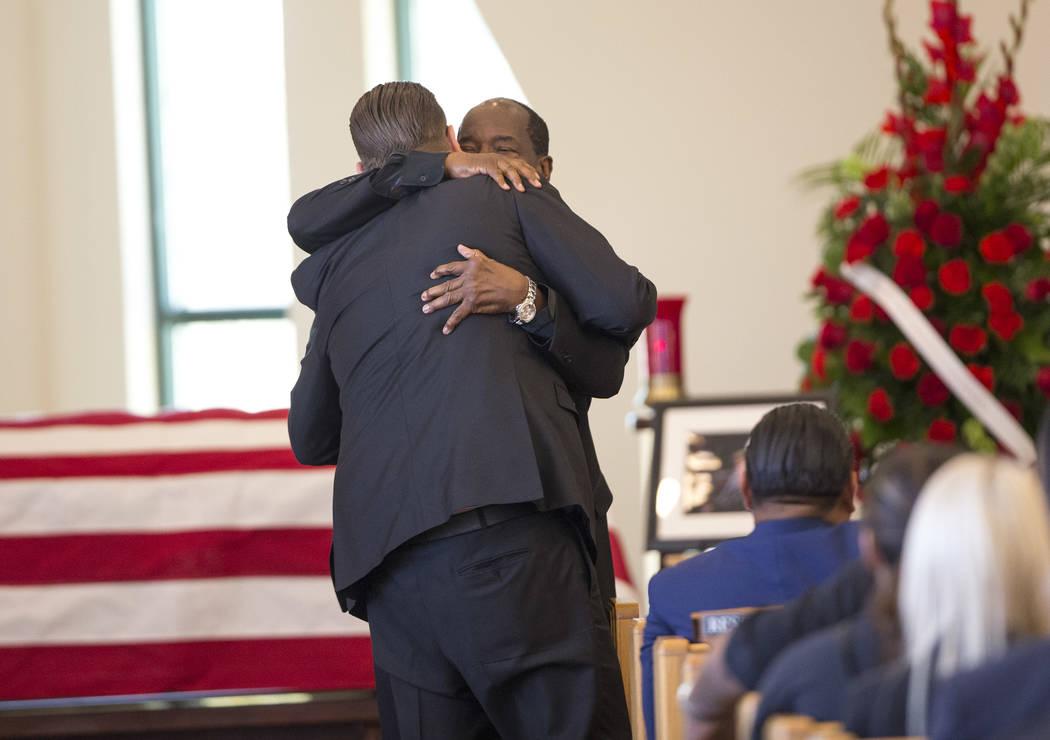 """Cory Harrison, izquierda, y Charlie Duncan se abrazan después de que Duncan habló en el funeral del abuelo de Harrison, patriarca de """"Pawn Stars"""", Richard Benjamin Harrison, conocido como """"The O ..."""