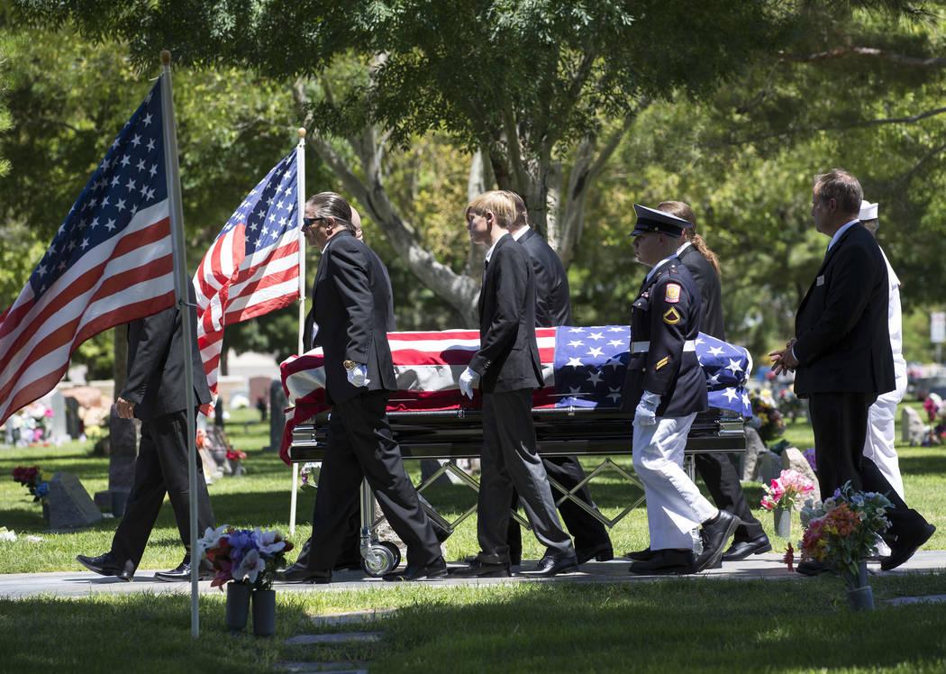 """Los portadores del féretro caminan junto al ataúd del patriarca """"Pawn Stars"""", Richard Benjamin Harrison, conocido como """"The Old Man"""", en su funeral en Palm Northwest Mortuary en Las Vegas el dom ..."""