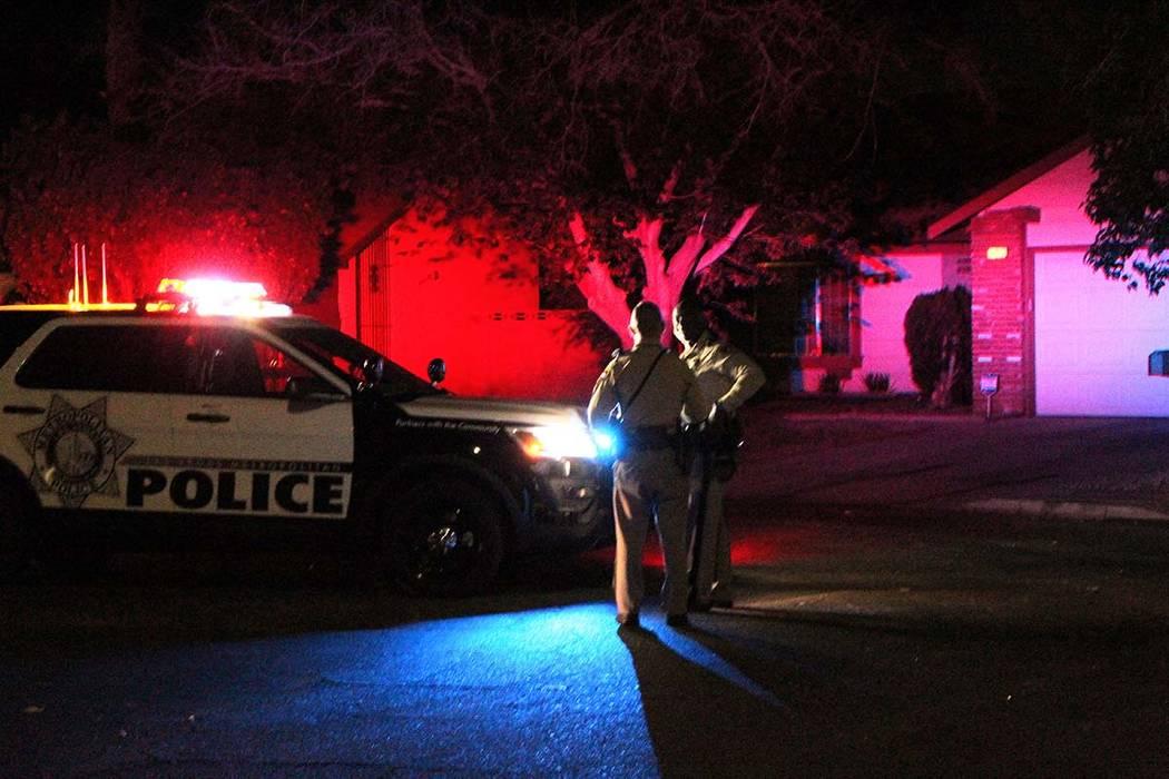 La policía de Las Vegas está buscando a un hombre que embistió a un vehículo de patrulla el lunes por la mañana temprano en el valle este. (Max Michor / Las Vegas Review-Journal)