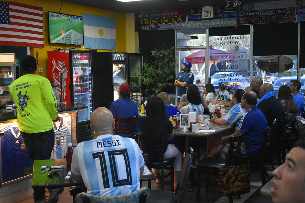 La comunidad argentina de Las Vegas se reunió para apoyar a su selección en la Copa Mundial de la FIFA Rusia 2018. Sábado 30 de junio de 2018 en el restaurante Made in Argentina. Foto Anthony A ...