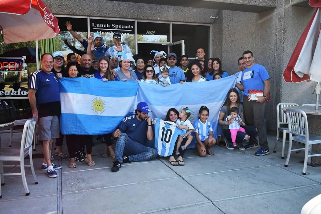 Los argentinos de Las Vegas apoyaron a su selección hasta el final y disfrutaron de cada uno de los goles anotados en la Copa Mundial de la FIFA Rusia 2018. Sábado 30 de junio de 2018 en el rest ...