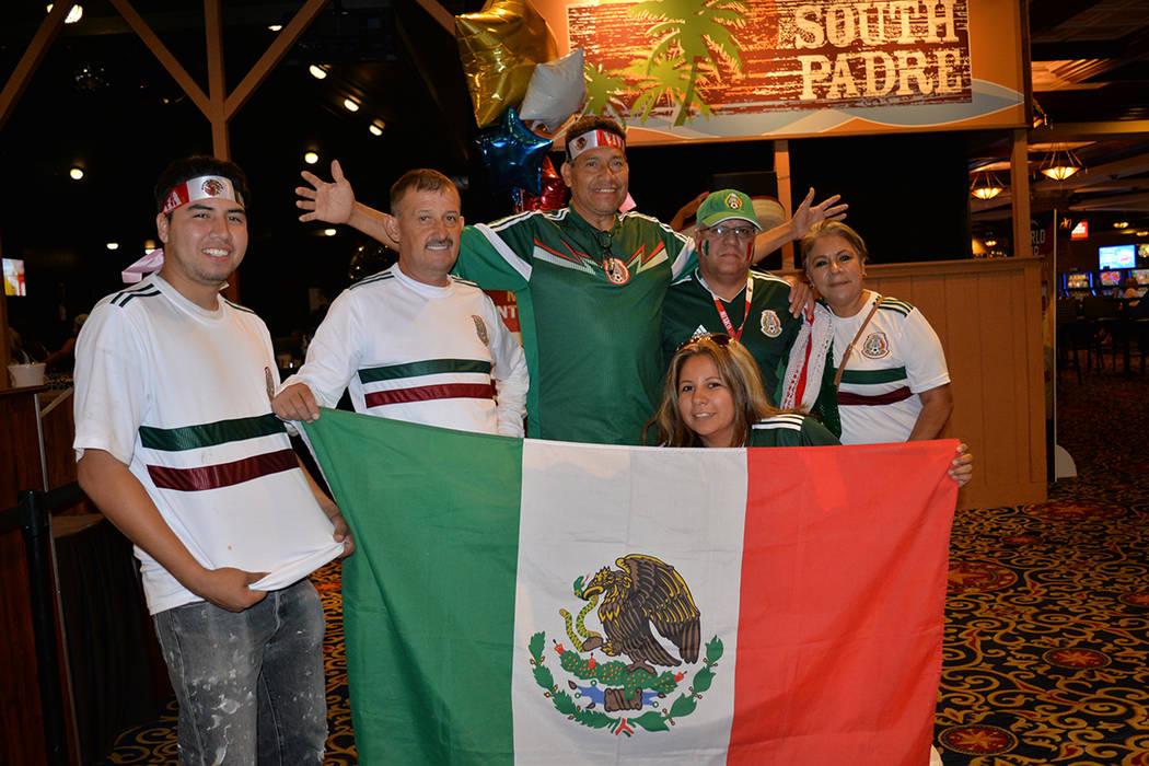 Cientos de aficionados de la Selección Mexicana de fútbol vieron desvanecerse las aspiraciones del Tri a un quinto partido, dentro del hotel & casino Texas Station. El lunes 2 de julio. Foto Fra ...