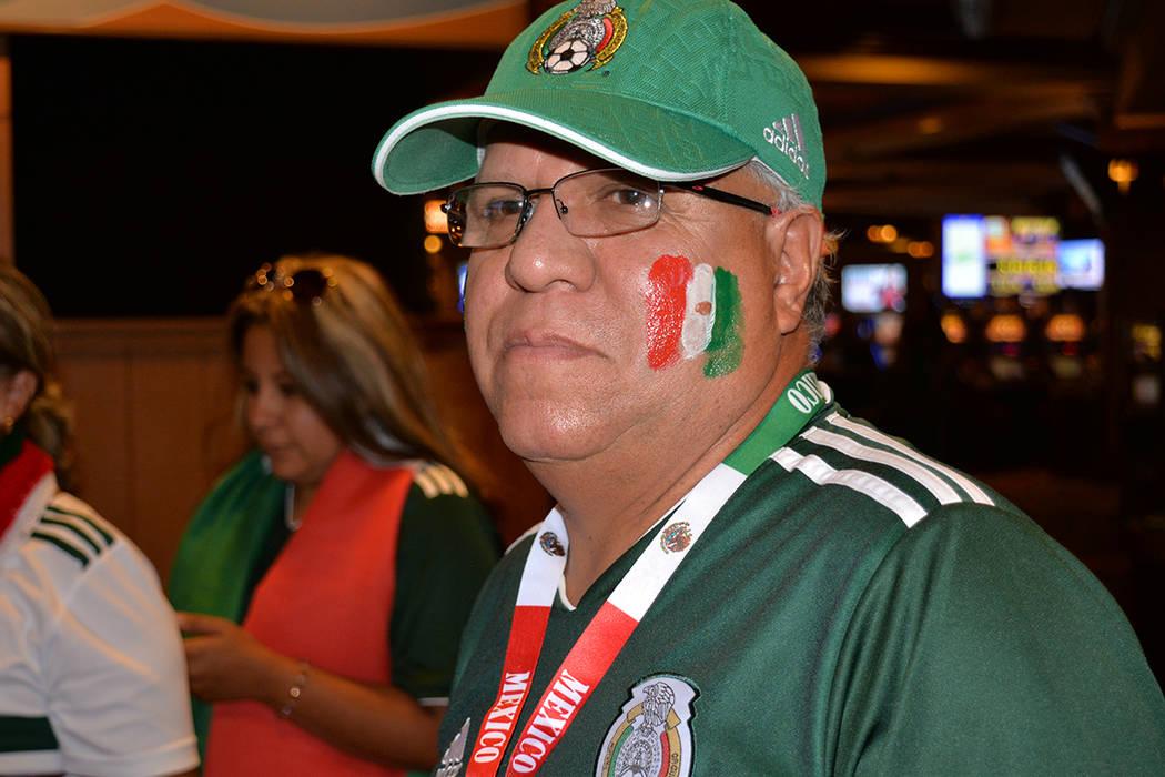 La gente vivió en el South Padre con alegría la derrota de México ante Brasil 2-0. El lunes 2 de julio. Foto Frank Alejandre / El Tiempo.