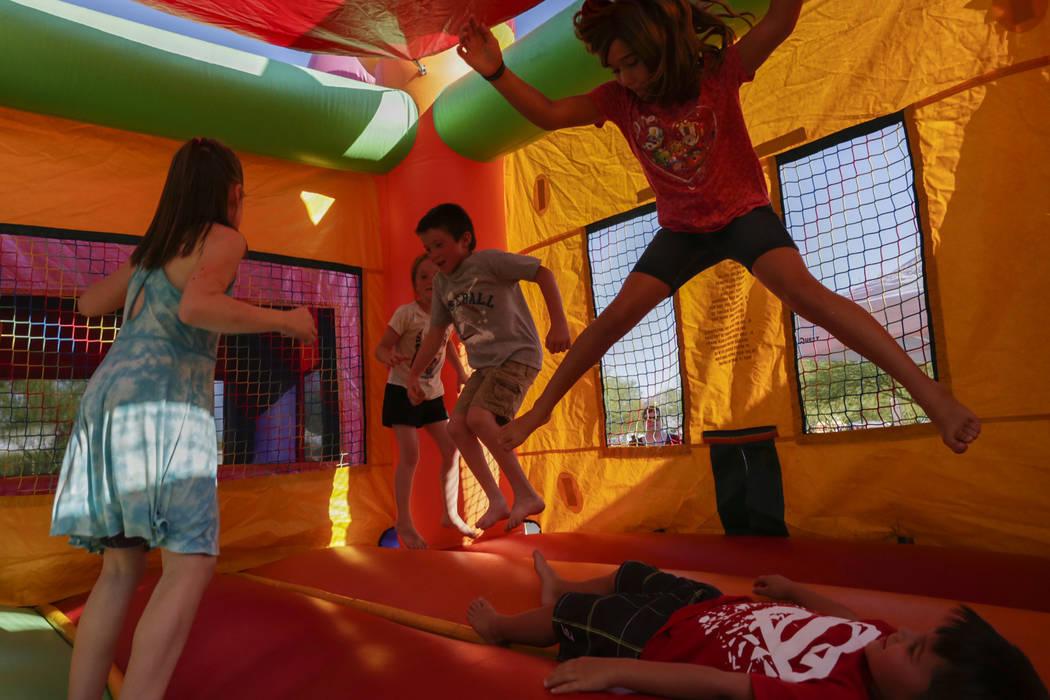 Niños saltan dentro de una casa inflable en la celebración del 4 de julio en Heritage Park en Henderson, el martes 4 de julio de 2017. (Gabriella Angotti-Jones / Las Vegas Review-Journal) @gabri ...