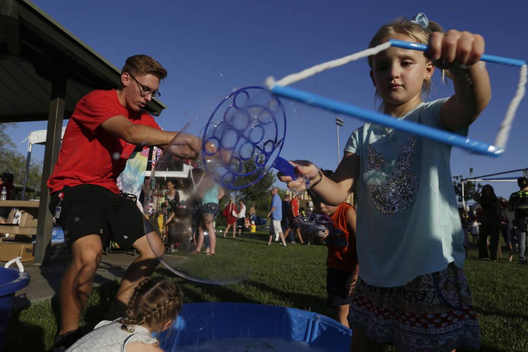 Niños soplan burbujas en la celebración del 4 de julio en Heritage Park en Henderson, martes, 4 de julio de 2017. (Gabriella Angotti-Jones / Las Vegas Review-Journal) @gabriellaangojo