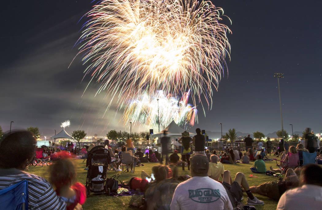 La gente ve los fuegos artificiales explotar durante las festividades del 4 de julio en Heritage Park el martes 4 de julio de 2017, en Henderson. Richard Brian Las Vegas Review-Journal