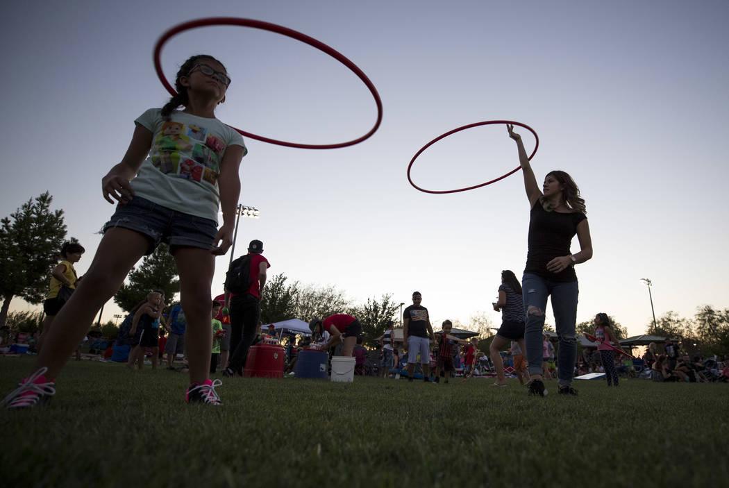 Brianna Hernández, a la derecha, hace hula hoops con su hija de 9 años Julisa durante las festividades del 4 de julio en Heritage Park el martes 4 de julio de 2017 en Henderson. Richard Brian La ...