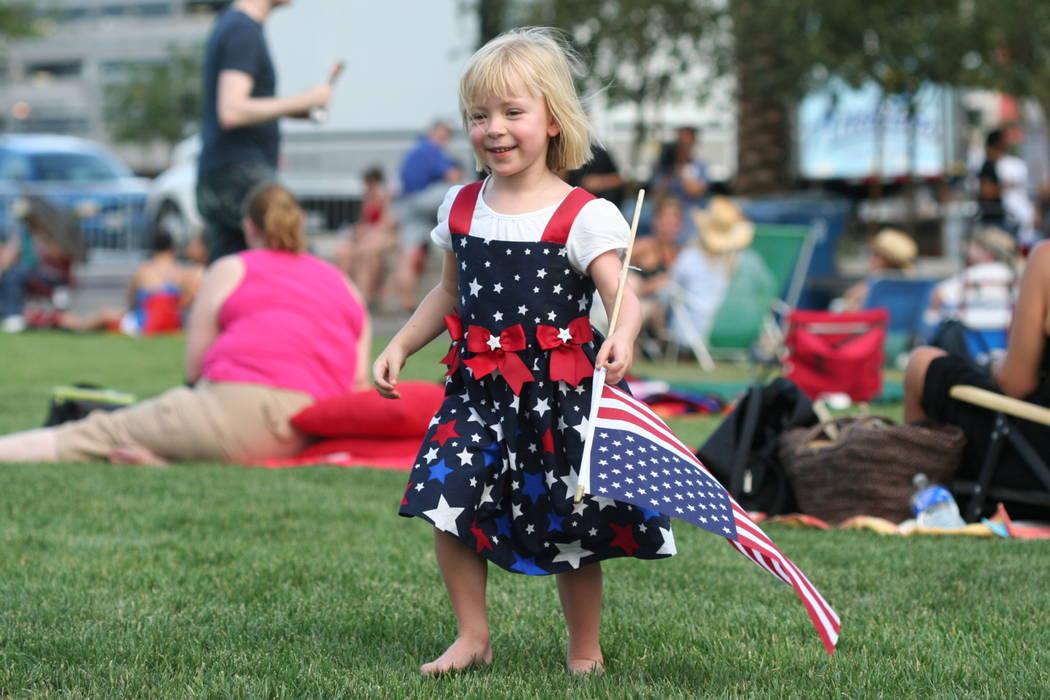 Celebrando el Cuatro de Julio en el evento Symphony Park / Smith Center de la Filarmónica de Las Vegas 2013.