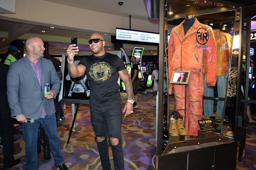 Chas Smith, vicepresidente de entretenimiento del Hard Rock hotel & casino observa al galardonado Flo Rida tomarse una Selfie con la memorabilia que se exhibe en el hotel. Viernes 29 de junio de 2 ...