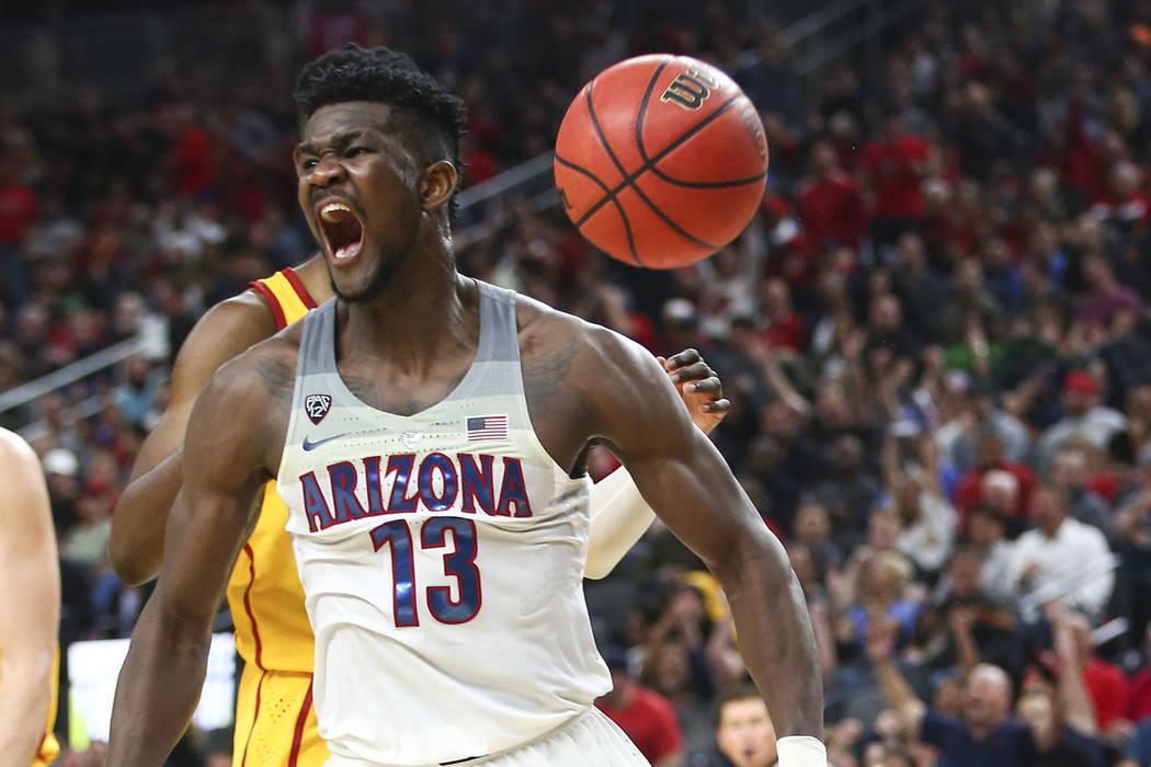 El alero de los Wildcats de Arizona, Deandre Ayton (13), celebra su volcada sobre los Troyanos de la USC durante el juego de baloncesto del campeonato Pac-12 en el T-Mobile Arena en Las Vegas el s ...