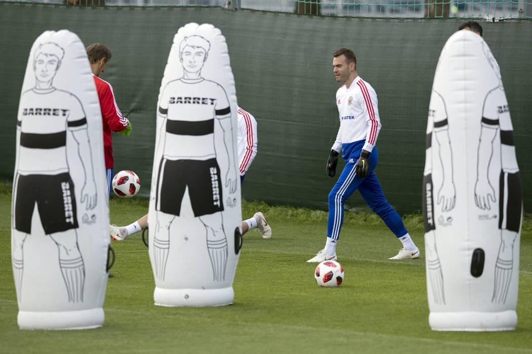 El portero ruso, Igor Akinfeev, a la derecha, asiste a una sesión de entrenamiento en la Copa Mundial de fútbol 2018, en el Centro Deportivo Federal Novogorsk, cerca de Moscú, Rusia, el jueves ...
