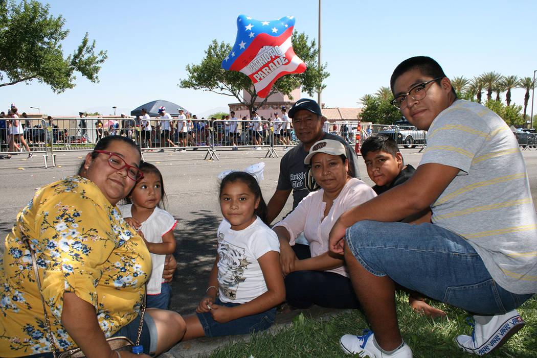 Las familias Vélez y Rodríguez disfrutando del Desfile de Independencia. Miércoles 4 de julio de 2018, en Summerlin. Foto Valdemar González / El Tiempo - Contribuidor.