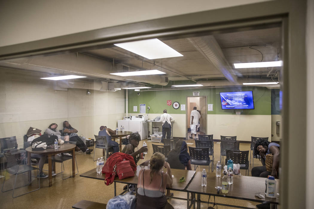 La gente aprovecha una estación de enfriamiento en The Salvation Army el jueves 5 de julio de 2018 en Las Vegas. Benjamin Hager Las Vegas Review-Journal @benjaminhphoto