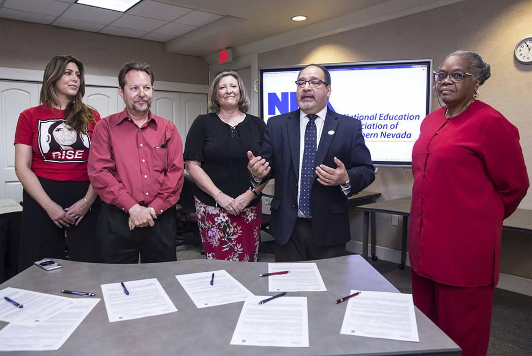 """Mercedes Krause, izquierda, Chet Miller, Carmen Andrews, Ruben Murillo y Patricia Stevens anuncian oficialmente un nuevo sindicato de maestros para educadores del Condado de Clark llamado """"Nationa ..."""