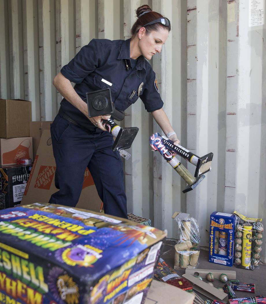 Amanda Wildermuth, de Clark County Fire Prevention, organiza fuegos artificiales ilegales confiscados durante el 4 de julio del jueves 5 de julio de 2018 en la estación de bomberos del Condado de ...