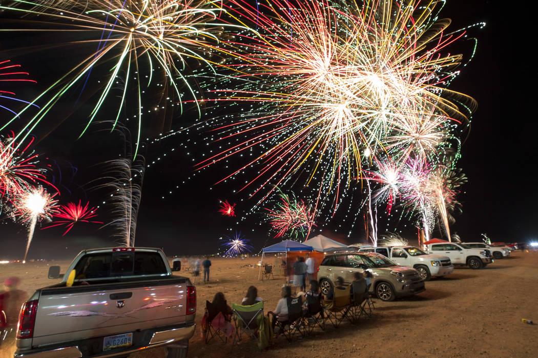 Fuegos artificiales explotan desde una plataforma de lanzamiento detrás de la fábrica de fuegos artificiales Moapa Paiute Travel Plaza durante las festividades del 4 de julio en Moapa, Nevada, e ...
