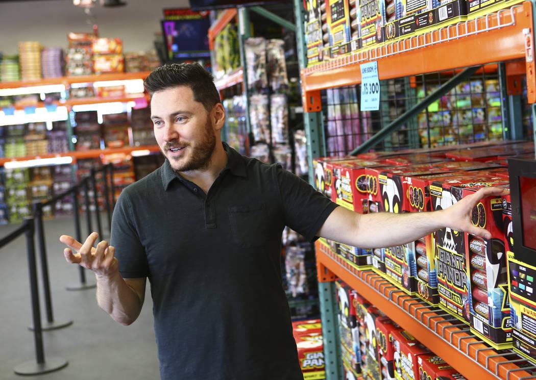 Douglas Burda, CEO de Red Apple Fireworks, habla en su tienda en Pahrump el jueves 5 de julio de 2018. Chase Stevens Las Vegas Review-Journal @csstevensphoto