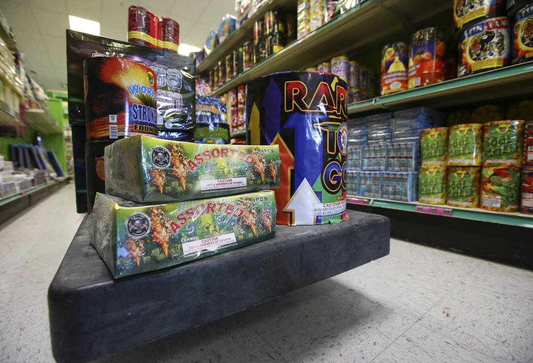 Los estantes se reabastecen en el Área 51 de fuegos artificiales después del 4 de julio en Pahrump el jueves 5 de julio de 2018. Chase Stevens Las Vegas Review-Journal @csstevensphoto
