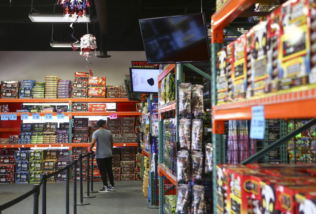 Los clientes examinan los artículos en Red Apple Fireworks en Pahrump el jueves 5 de julio de 2018. Chase Stevens Las Vegas Review-Journal @csstevensphoto