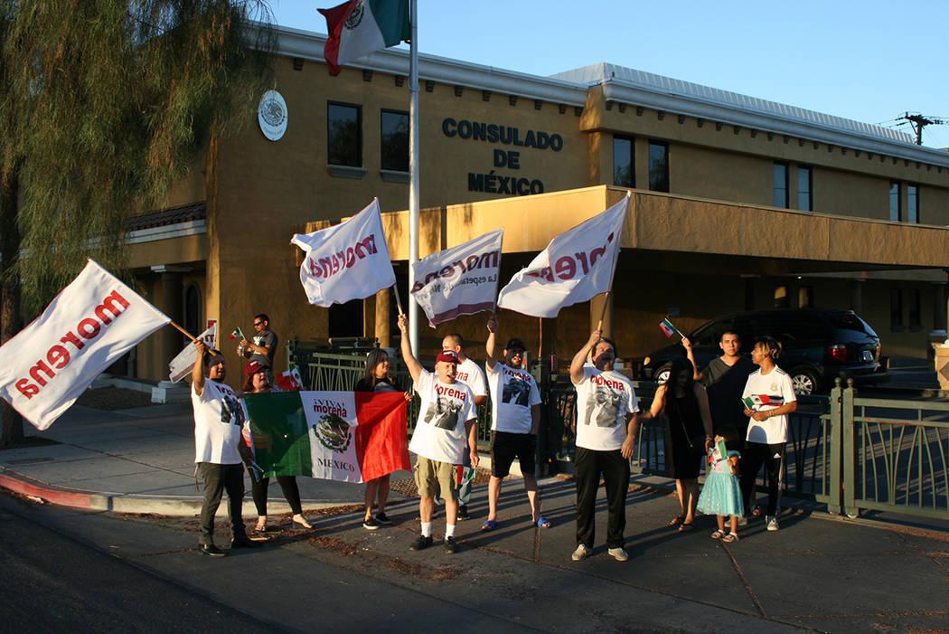 Seguidores del presidente electo de México y de MORENA manifestaron su alegría en una nutrida manifestación. El 2 de julio de 2018, junto al Consulado de México en Las Vegas. Foto Valdemar Gon ...
