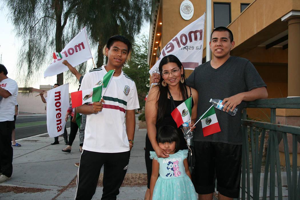 Elizabeth Betancourt (al centro) con su familia muestran apoyo al presidente electo de México. El 2 de julio de 2018, junto al Consulado de México en Las Vegas. Foto Valdemar González / El Tiem ...