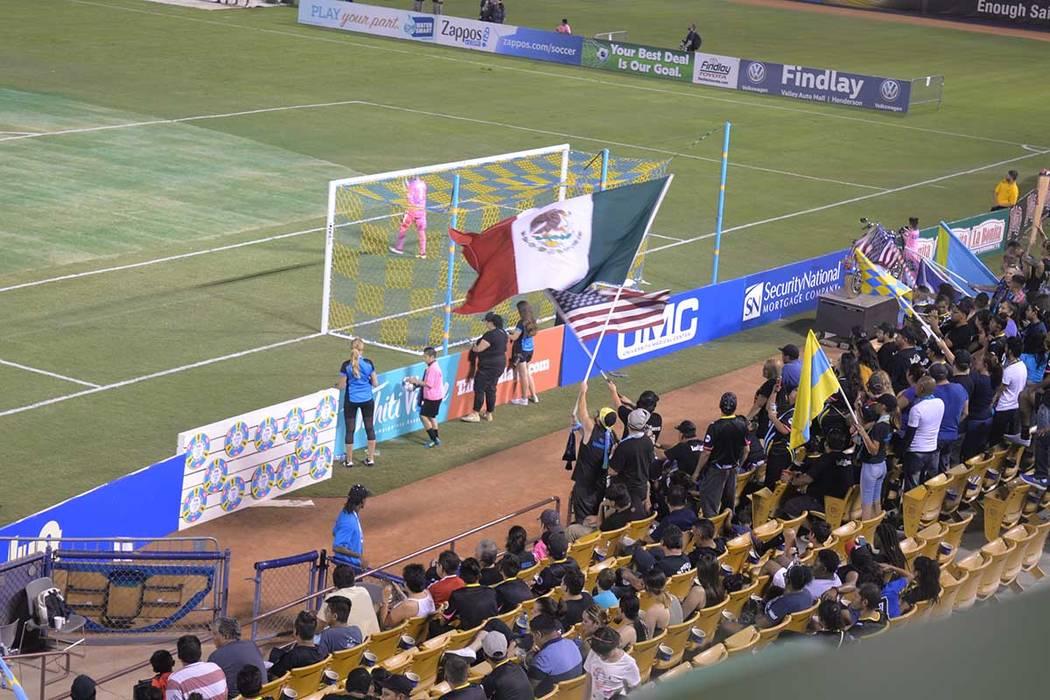 Una bandera de México ondeó en las tribunas, generó comentarios encontrados. Sábado 7 de julio de 2018, en el Cashman Field. Foto Frank Alejandre / El Tiempo.