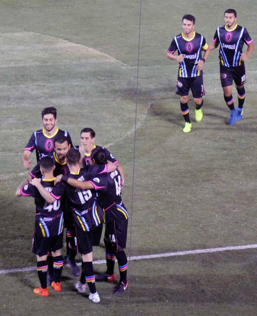 Raúl Mendiola, con la casaca número 40 es felicitado por sus compañeros, luego de anotar el gol que dio la victoria a Las Vegas Lights FC en casa. Sábado 7 de julio de 2018, en el Cashman Fiel ...
