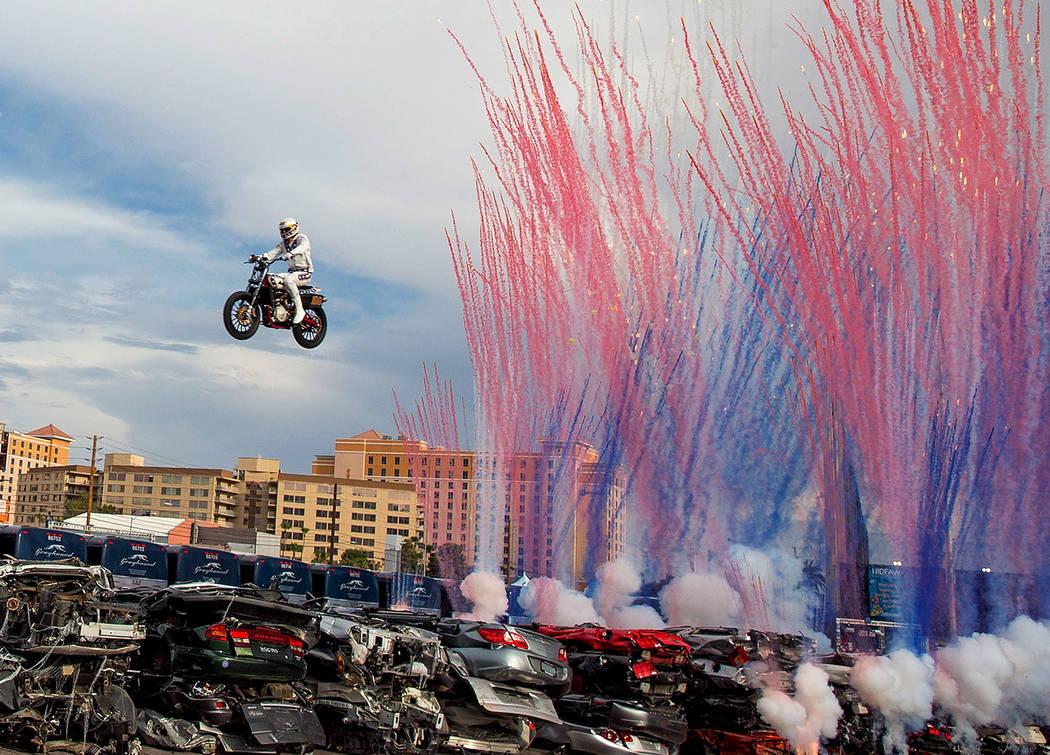 """Daredevil Travis Pastrana salta más de 52 autos aplastados en una motocicleta Indian Scout FTR750 durante """"Evel Live"""", un espectáculo tributo en vivo de tres horas al especialista Evel Knievel, ..."""