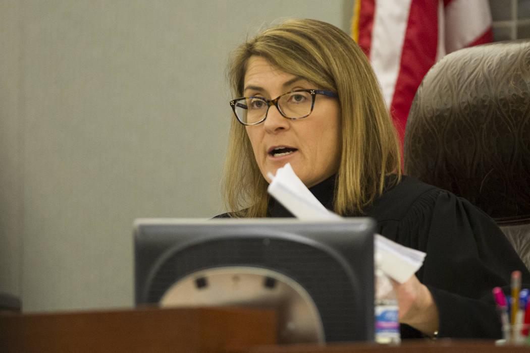 La jueza de distrito, Jennifer Togliatti, habla durante una audiencia ante el corredor de la muerte Scott Dozier en el Centro de Justicia Regional en Las Vegas el 5 de diciembre de 2017. Togliatti ...