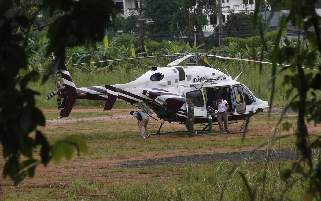 Un helicóptero espera cerca de la cueva para más evacuaciones de los niños y su entrenador de fútbol que han quedado atrapados desde el 23 de junio en Mae Sai, provincia de Chiang Rai, norte d ...