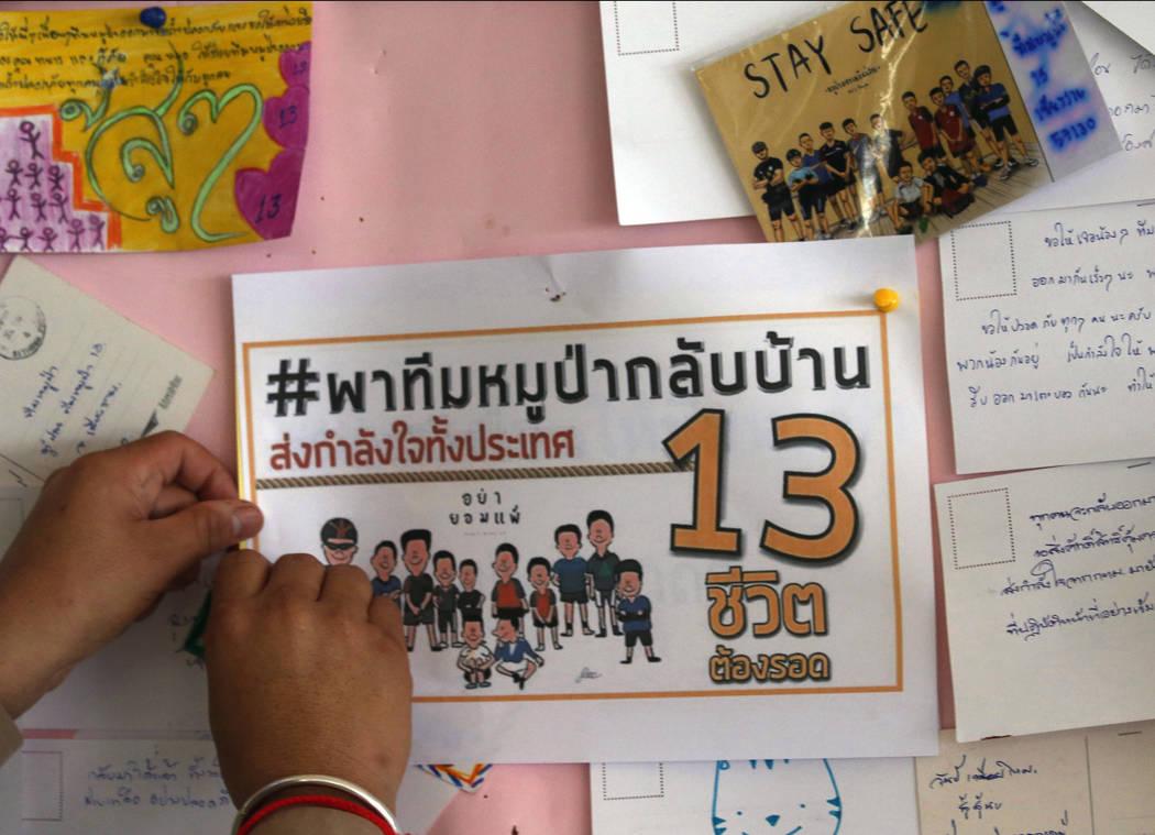 Un aficionado tailandés puso carteles para orar por los niños y su entrenador de fútbol que han quedado atrapados desde el 23 de junio en Mae Sai, provincia de Chiang Rai, norte de Tailandia, e ...