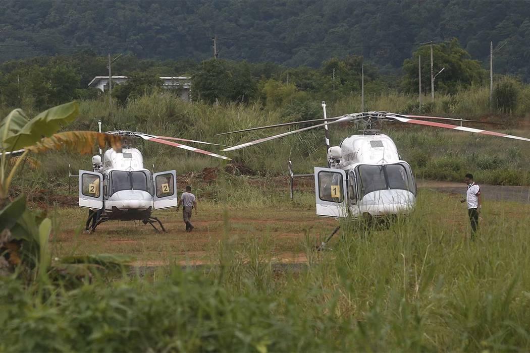 Dos helicópteros esperan cerca de la cueva para más evacuaciones de los niños y su entrenador de fútbol que han quedado atrapados desde el 23 de junio en Mae Sai, provincia de Chiang Rai, nort ...