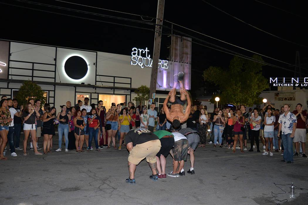 Las acrobacias de un grupo de jóvenes asombraron al público reunido en la explanada del Centro de Artes. Viernes 6 de julio de 2018 en el Centro Cultural de Artes. Foto Frank Alejandre / El Tiempo.