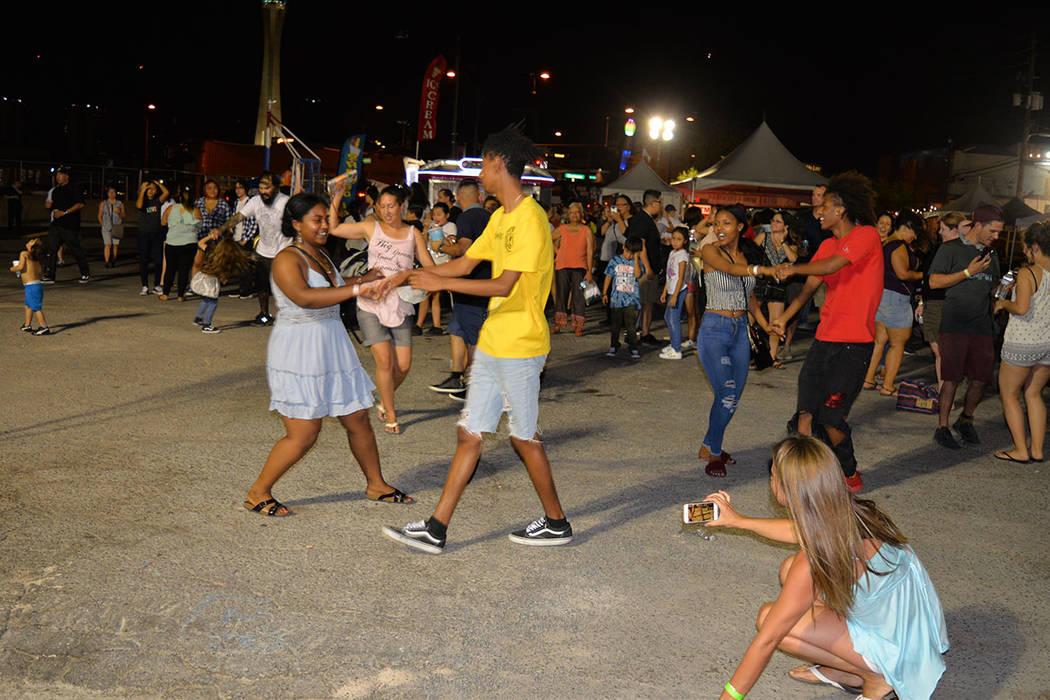 """First Friday Foundation, es una organización sin fines de lucro 501 (c) 3. El tema de julio fue """"Embrace"""", y muchos lo ejemplificaron bailando en conjunto. Viernes 6 de julio de 2018 en el Ce ..."""