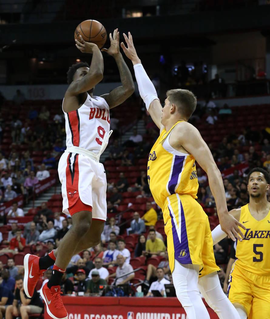El escolta de los Chicago Bulls, Antonio Blakeney (9), dispara sobre el centro de Los Angeles Lakers, Mortiz Wagner (15), en el Thomas and Mack Center durante un partido de baloncesto de la liga d ...