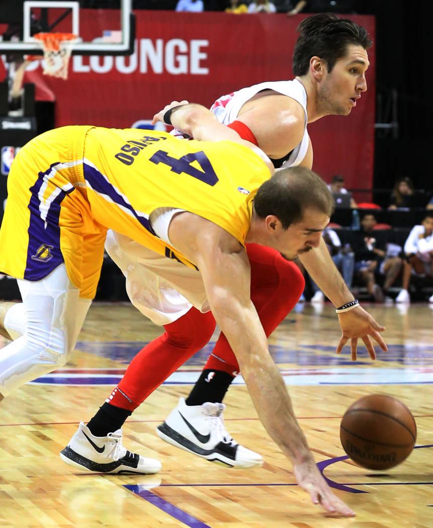 El guardia de Los Ángeles Lakers, Alex Caruso (4), y el guardia de los Chicago Bulls, Ryan Arcidiacono (51), luchan por el balón durante un partido de baloncesto de la liga de verano de la NBA e ...