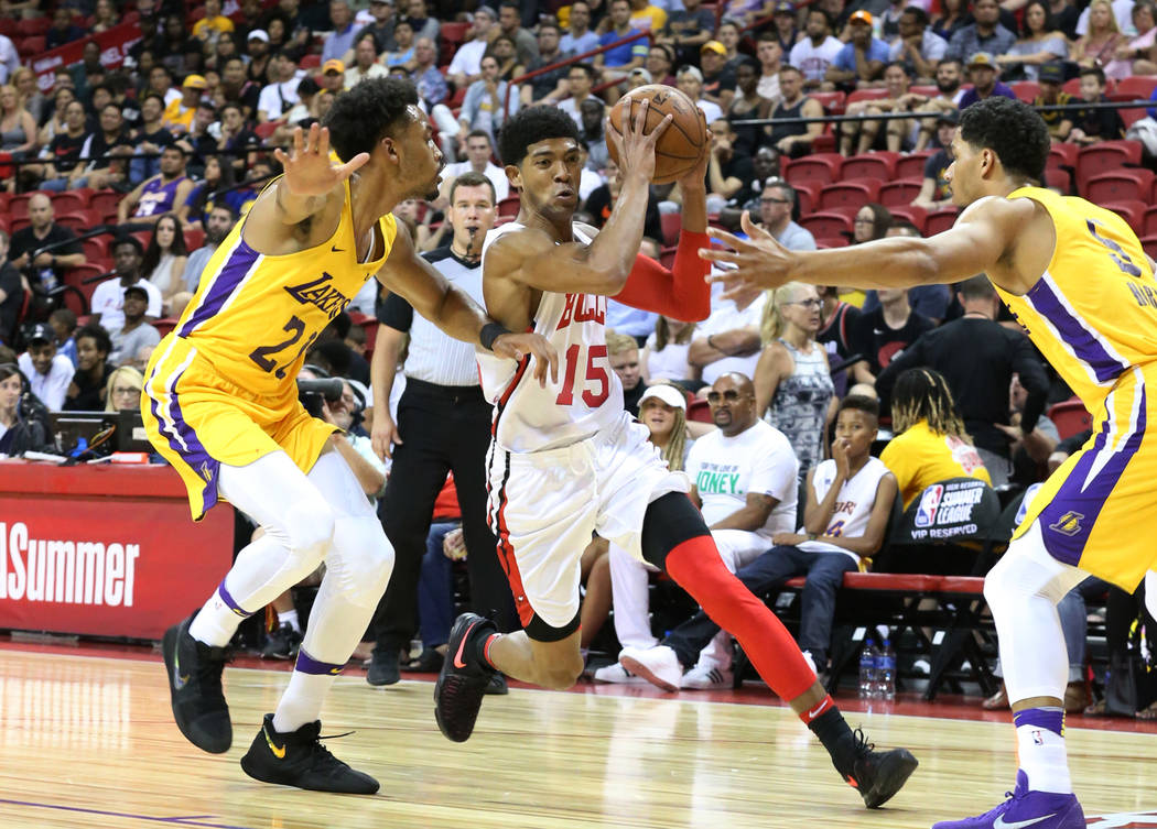 El guardia de Los Ángeles Lakers, Josh Hart, derecha y el alero, Jonathan Williams (21), intentan defender al guardia de los Chicago Bulls, Chandler Hutchinson (15), durante un partido de balonce ...