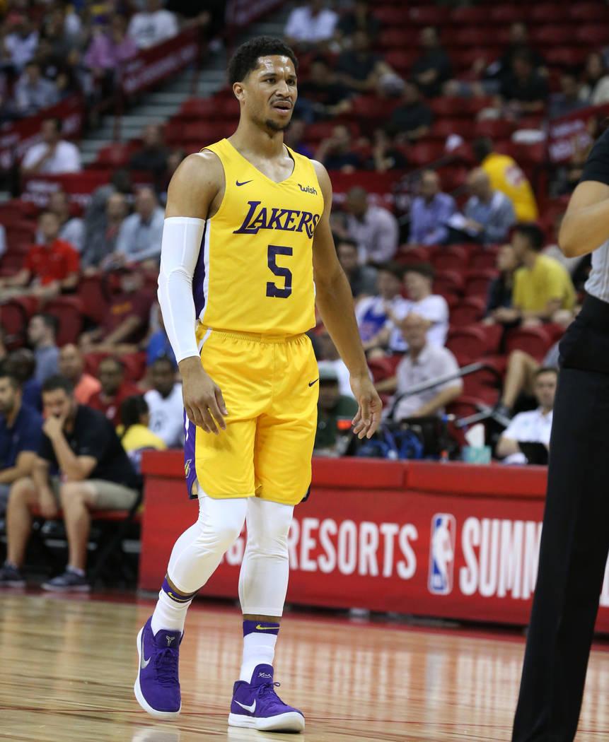 El guardia de Los Ángeles Lakers, Josh Hart, reacciona a una llamada oficial durante un partido de baloncesto de la liga de verano de la NBA contra los Chicago Bulls en el Thomas and Mack Center ...