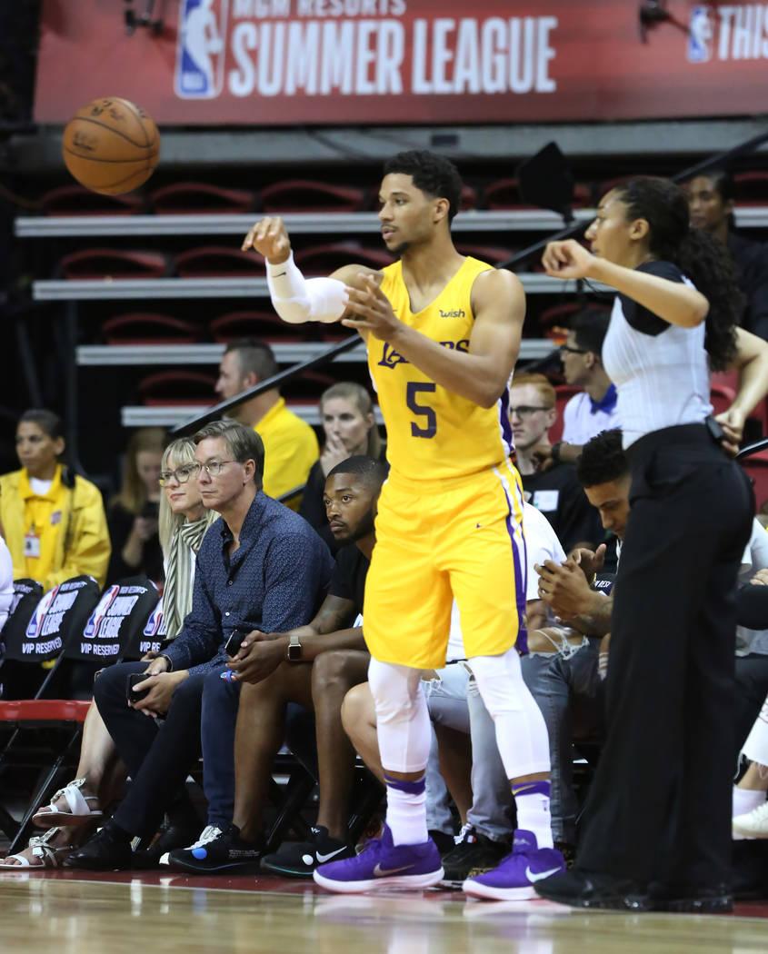 El guardia de Los Angeles Lakers, Josh Hart, pasa el balón durante un partido de baloncesto de la liga de verano de la NBA contra los Chicago Bulls en el Thomas and Mack Center el domingo, julio ...
