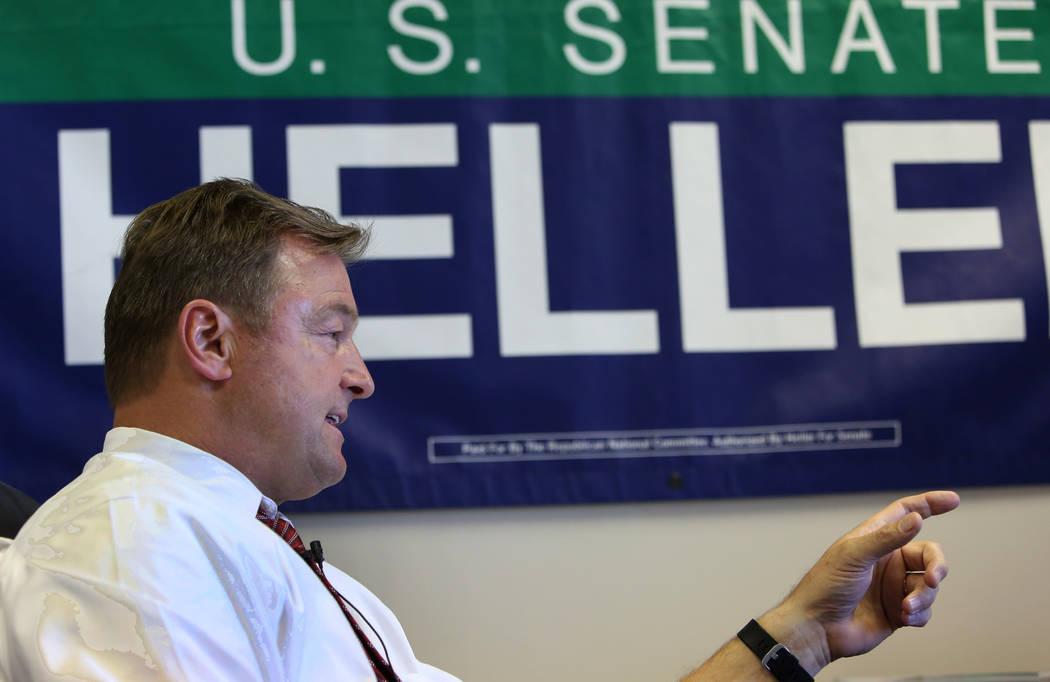 El senador Dean Heller, republicano por Nevada, habla durante una entrevista con el Las Vegas Review-Journal en su sede de campaña de Las Vegas el lunes 28 de mayo de 2018. (Bizuayehu Tesfaye / L ...
