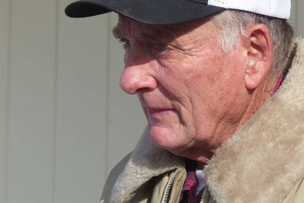 En esta foto de archivo del 2 de enero de 2016, el ranchero Dwight Hammond Jr. saluda a los manifestantes frente a su casa en Burns, Oregón (Les Zaitz / The Oregonian vía AP, archivo)