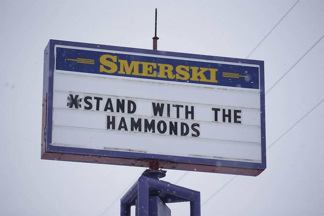 En esta foto de archivo del 5 de enero de 2016, un letrero muestra el apoyo de Dwight y Steven Hammond en Burns, Oregón. (Rick Bowmer / AP)
