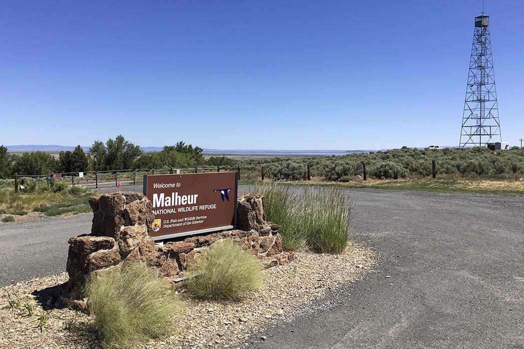 Esta foto tomada el 21 de junio de 2016 muestra una puerta cerrada que bloquea la carretera en la sede del Refugio Nacional de Vida Silvestre Malheur, cerca de Burns, Oregón, más de cuatro meses ...