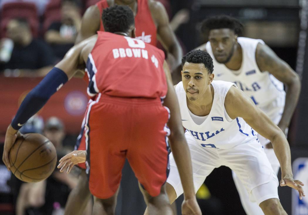 El guardia de los Philadelphia 76ers, Zhaire Smith (8), defiende a Troy Brown, Jr. (6) de los Washington Wizards durante la Liga de verano de la NBA el lunes 9 de julio de 2018 en el Thomas & Mack ...