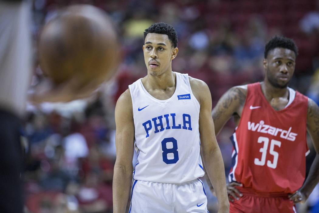 El guardia de los Philadelphia 76ers, Zhaire Smith (8), espera un tiro libre con el guardia de los Washington Wizards, Tiwian Kendley (35), durante la Liga de verano de la NBA el lunes 9 de julio ...