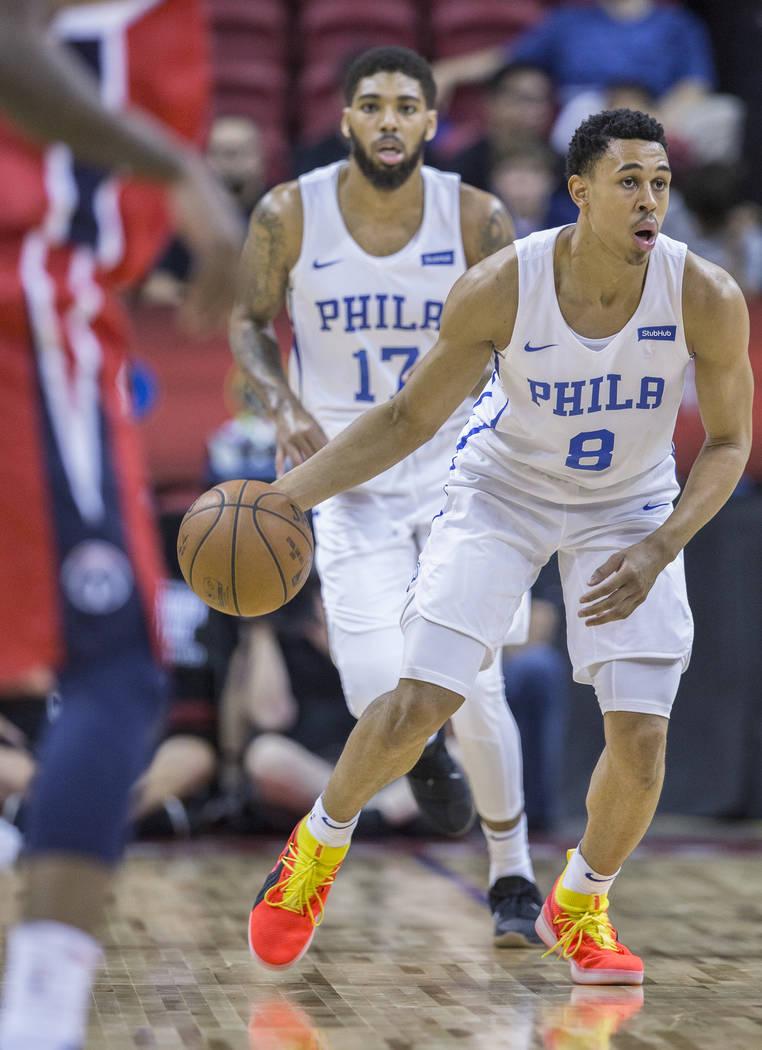 Guardia de los 76ers, Zhaire Smith (8), empuja la bola en la cancha durante el partido de la NBA Summer League de Filadelfia con los Washington Wizards el lunes 9 de julio de 2018 en el Thomas & M ...