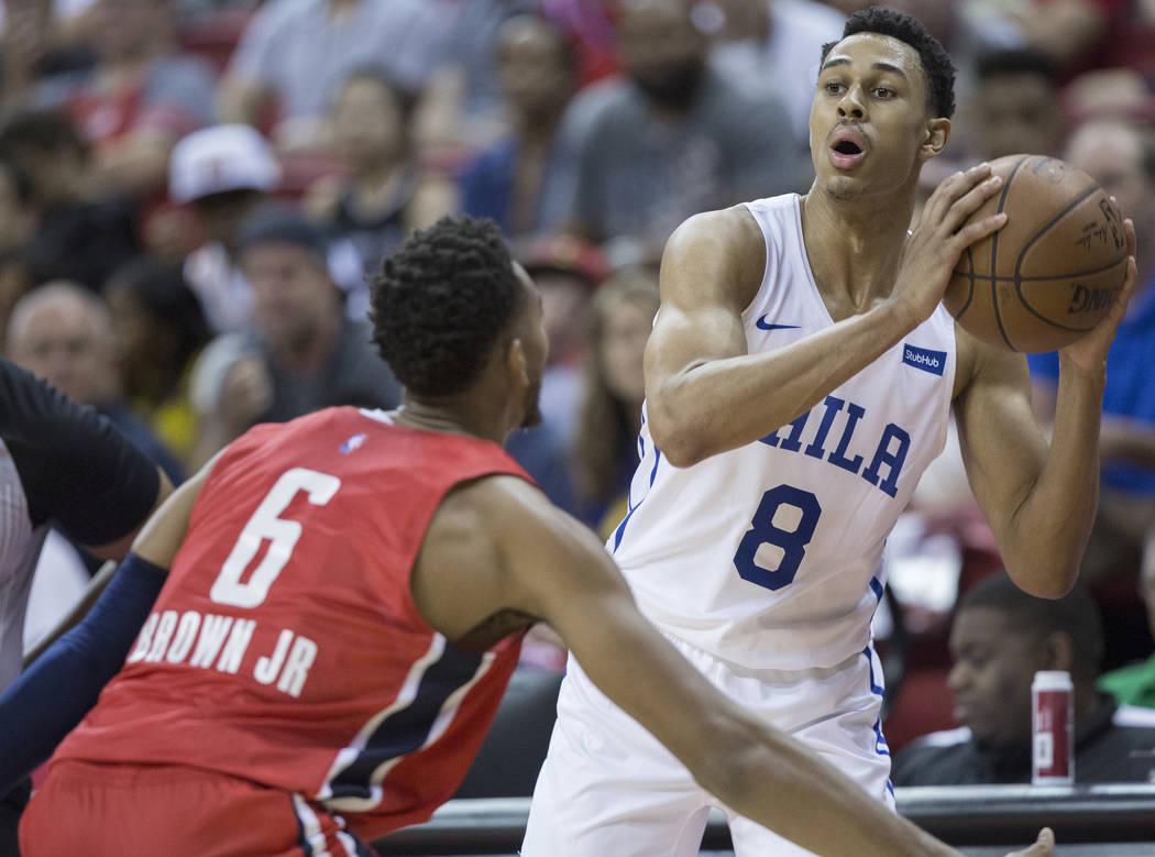 El guardia de los 76ers de Philadelphia, Zhaire Smith (8), adelanta al balón al guardia de los Washington Wizards Troy Brown, Jr. (6) durante la Liga de verano de la NBA el lunes 9 de julio de 20 ...